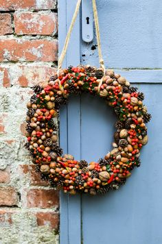 Podzimní věnec z oříšků a šišek Christmas Wreaths, Christmas Decorations, Holiday Decor, Christmas Is Coming, Preschool Activities, Fall Decor, Diy And Crafts, Flowers, Home Decor