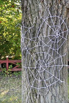 Easy peasy Halloween decorating idea for outdoors: DIY yarn spiderwebs Spooky Halloween, Halloween Doorway, Halloween Yarn, Halloween Projects, Halloween Night, Holidays Halloween, Happy Halloween, Halloween 2018, Winter Holidays