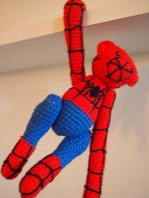 Uha - ja så kom spiderman forbi. Spiderman er ganske let at lave mht hæklearbejdet, for han er kun rød og blå. Men tak skæbne, når de...