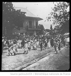 [Guyane] : Une rue de Cayenne un jour d'élection / [mission] J. Galmot ; [photogr.] J. Galmot? ; [photogr. reprod. par] Molténi [pour la conférence donnée par] J. Galmot - 1