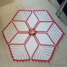 Apresento a vocês mais um modelo de tapete que também pode ser utilizado com toalha ou centro de mesa. Este é o TAPETE TULIPAS COM FLOR CAMILA. Um modelo fácil e rápido de se confeccionar. Neste passo a passo vou detalhar todos os passos para que você faça sua peça. No final da primeira parte [...]