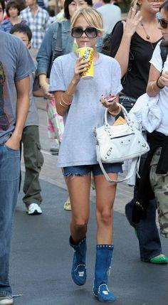 Boots and shorts Petite Fashion, Curvy Fashion, Denim Fashion, Paris And Nicole, Mode Shorts, Spring Summer Fashion, Spring Style, Fall Fashion, Fashion Black