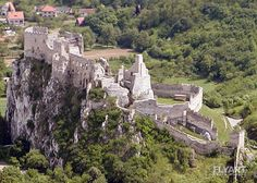 Castle Ruins - Beckov Beckov, Beckovský hrad; 1208 castrum Blundix, 1219 Blonduch, 1222 Blondich, 1244 Bolonduch, 1308 Bolunduch, 1388 Galancz sive Beczkow; (Beckov castle)  Place: Beckov, County: Nové Mesto nad Váhom, Region: Trenčín, Historic region: Trencin  Ruins of the castle which was built in the 13th century and destroyed in 1729. Castle Ruins, She Sheds, Europe Photos, Fortification, Old Buildings, Old City, Palaces, Abandoned Places, Cool Pictures