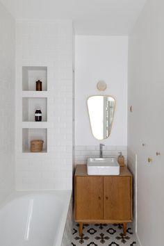 Bathroom Toilets, Laundry In Bathroom, Mini Bad, Tiny Bathrooms, White Sink, Wood Interiors, Bathroom Design Small, Tiny House Design, Little Houses