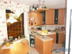 Die Einbauküche befindet sich im Erdgeschoss. Sie kann im Rahmen des Immobilienkaufs übernommen werden.