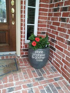 Uppercase Living vinyl works great outside in the garden & on the patio (on flowerpots, planters, window boxes, mailboxes, doors, etc, etc) #uppercaseliving #DIY #homedecor #garden #patio