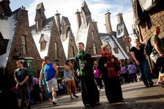 Harry Potter World Orlando Tips: What to Eat, Drink, See and Ride - Thrillist Harry Potter Florida, Harry Potter World, Universal Studios Florida, Universal Orlando, Island Of Adventure Orlando, Children's Book Characters, Halloween Horror Nights, Orlando Resorts, Travel With Kids