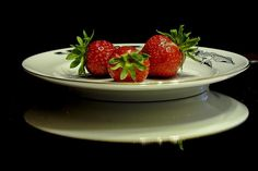 Foods ! : Strawberries on plate by vakriz pic.twitter.com/vuIekOfJZD