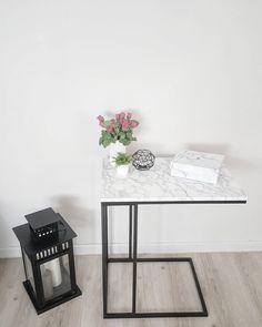DIY de @melouinna13 qui a donné du style à une table d'appoint en la couvrant d'un #adhésif #marbre #babou à 2€50