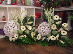 Znalezione obrazy dla zapytania pierwszokomunijne dekoracje kwiatowe ołtarza