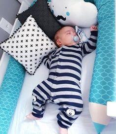 Mais confortável e aconchegante, impossível! Um Kit Berço com nosso Protetor Lápis de Cor para deixar o quarto do bebê divertido e lindo. Cute Little Baby, Baby Kind, Mom And Baby, Baby Love, Cute Babies, One Month Baby, Baby Tumblr, Baby Boy Pictures, Newborn Baby Dolls