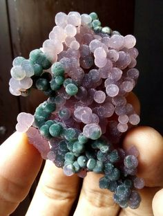 Minerale viola/verde - Grape agate-looks like moldy grapes! Minerals And Gemstones, Rocks And Minerals, Crystal Magic, Rock Collection, Beautiful Rocks, Mineral Stone, Rocks And Gems, Stones And Crystals, Gem Stones