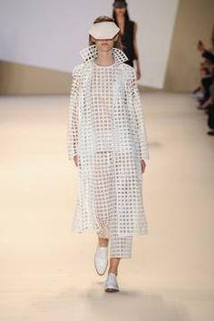 Akris – Fashion Trend – Weißes Fischnetz: Die klassische Netz-Technik wird neu in Weiß interpretiert – für raffinierte Lagenlooks mit locker lässigem Charakter