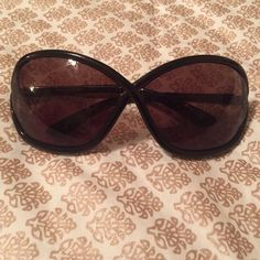 Paula Rubiano Dark Brown Sunglasses Cute sunglasses, perfect for every day wear! NWOT, no flaws. Comes with free black cleaning cloth! Paula Rubiano Accessories Glasses