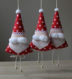 VÁNOČNÍ+mužíček+...originální+vánoční+dekorace...+Autorská+dekorace+-+výrobek+je+chráněn+autorským+právem.+++++++++++++++++++++++Rozměr:11+x+18+cm+(délka+vč.+poutka+30cm)+Materiál:+100%+bavlna,+PES+výplň,+dřevěné+korálky+Návod+na+údržbu:+případné+nečistoty+odstraňte+vlhkým+hadříkem...