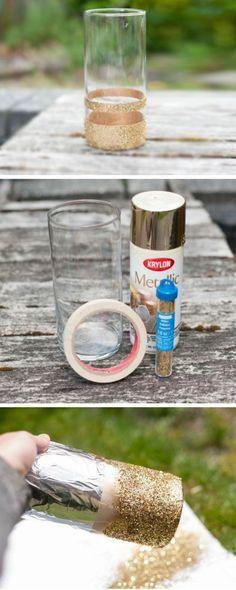 tischdeko selber machen, glasvase mit goldenem glitzer und goldener sprayfarbe verzieren