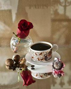 Raindrops and Roses Coffee Vs Tea, Coffee Cup Art, Brown Coffee, Coffee And Books, I Love Coffee, Coffee Cafe, Good Morning Roses, Good Morning Coffee, Coffee Presentation