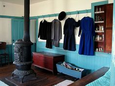 Dear Amish, Anytime you want to come decorate my home you're more than welcome!  Love that bright blue!