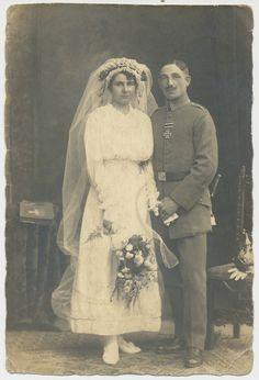 Foto-Portrait Offizier mit Orden-Pickelhaube und Braut  ( H536)