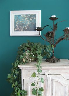 Petrol wall color and white vintage furniture House Colors, Green Decor, Diy Interior, Decor, Bedroom Green, Wall Colors, Grey Sofa Living Room, Forest Green Bedrooms, Home Decor