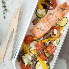 Dieser Lachs mit mediterranem Ofengemüse passt wunderbar in dein Meal Prep Plan: Schmeckt köstlich, hat kaum Kalorien und lässt sich einfach vorbereiten..