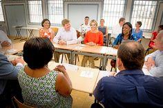 Aruba, 2 mei 2015: Koning Willem-Alexander en Koningin Máxima spreken met begeleiders, docenten en mentoren van de Stichting Reclassering en de Heart Centered Leadership Foundation. De organisaties nemen deel aan het programma Kansen voor Jongeren-Cariben van het Oranje Fonds.