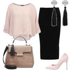 Una blusa color sabbia in tessuto morbido viene abbinata ad una gonna tubino nera. Le scarpe sono delle décolleté con tacco alto e la borsa è a mano e bicolore. Gli orecchini hanno dei pendenti a forma di nappina.