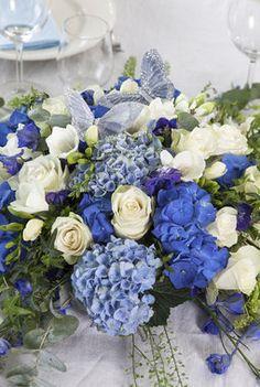 Slik pynter du et vakkert konfirmasjonsbord Hanukkah, Beauty Hacks, Floral Wreath, Wreaths, Table Decorations, Wedding Boutonniere, Deko, Beauty Tricks, Door Wreaths