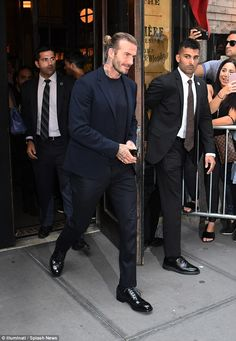 For Victoria Beckham, it was time to let loose, as she celebrated the results of her NYFW runway show at New York's Balthazhar restaurant. David Beckham Family, David Beckham Style, David Beckham Long Hair, Beckham Hair, Harper Beckham, Bend It Like Beckham, Best Street Style, Men Street, Men Casual