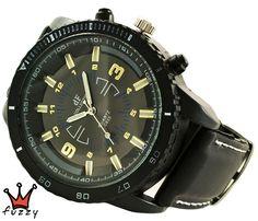 Ανδρικό ρολόι σε μαύρο και χρυσό χρώμα. Μαύρο λουράκι σιλικόνης με λευκές ραφές. Καντράν 48 mm.