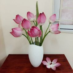 Thông thường, các gia đình vẫn thường mua hoa về chưng bàn thờ quanh năm. Tuy nhiên vẫn có một số dịp trong năm phải đặc biệt lưu ý đến vấn đề chưng hoa cúng hơn. Qua đó thể hiện được sự kính trọng, biết ơn, lòng thành kính của bản thân dành cho cha ông và những người đi trước Một số dịp trong năm cần các mẫu hoa cúng chưng bàn thờ đẹp như: dịp Tết, dịp lễ rằm, ngày giỗ của ông bà cha mẹ. liên hệ đặt hoa tươi phone: 0901656115 Flower Vases, Flowers, Floral Arrangements, Lotus, Glass Vase, Drawings, Inspiration, Home Decor, Fishbowl