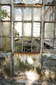 Front of an abandoned greenhouse at Quinta Da Regaleira, by http://hellomynameisvee.wordpress.com