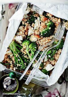 Komosa ryżowa z brokułami i orzeszkami pinii