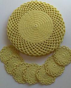 Sousplat de ganchillo: 67 fotos y tutorial con gráfico - Sousplat croche - Jogo de Cozinha de Crochê Crochet Mat, Crochet Dollies, Crochet Doily Patterns, Crochet Diagram, Love Crochet, Crochet Designs, Crochet Flowers, Crochet Home Decor, Crochet Crafts