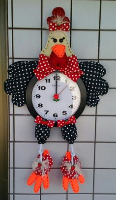 Dona Galinha... toda faceira com o seu relógio!... Handmade Crafts, Diy And Crafts, Paper Crafts, Christmas Clock, Christmas Ornaments, Sewing Crafts, Sewing Projects, Chicken Pattern, Diy Plastic Bottle