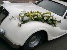 No sólo es poner flores sobre un coche, es decorarlo e integrar los motivos florales para que luzcan en conjunto. #coche #novios #boda www.floremia.com.mx