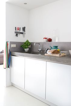White and grey modern kitchen / Wit met grijze moderne keuken