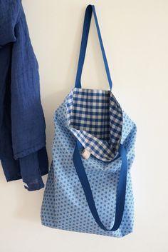 Cabas bleu réversible : vichy bleu marine et blanc par lafourmiele