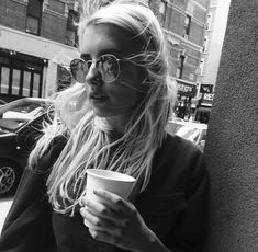Imagen de emma roberts, coffee, and actress Emma Roberts Style, Chanel Oberlin, Emma Rose, Black And White Love, Hello Gorgeous, Beautiful, About Hair, Hippie Style, Girl Crushes