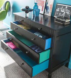 Chic et surprenant !  Toute noire la commode est chic. Avec un twist coloré sur les côtés et l'intérieur des tiroirs, elle gagne en personnalité! Une manière d'exprimer sa créativité en quelques coups de pinceaux bien placés! http://www.castorama.fr/store/pages/idees-decoration-facile-renover-meubles.html