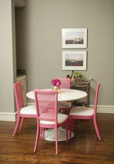 Sala com cadeiras coloridas