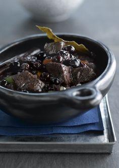 bereiden:Meng de ingrediënten voor de marinade en overgiet er de stukjes everzwijnfilet mee. Laat dit afgedekt, op een gekoelde plaats 1 dag marineren. Schep de stukjes everzwijnfilet uit de marinade, dep ze goed droog met een keukenpapiertje en bewaar de marinade. Neem een pot met dikke bodem, smelt wat boter en schroei de stukjes rondom rond toe.