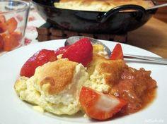 Sauerrahmschmarrn -lowcarb/primal- Rezept  - Gesund Abnehmen! Low carb, wenig Kohlenhydrate und viel Fett! Den Backofen auf 170 Grad vorheizen.  Eier trennen. 4 Eiklar mit 2 EL flüssigem Honig etwa 2 Minuten schaumig schlagen.  In einer separaten Schüssel die restlichen Zutaten (ohne Butter) verrühren: 300g Saure Sahne (Sauerrahm), 4 Eigelbe, 100g Schlagsahne, etwas Zitronenabrieb, 2 Prisen gem. Vanille, 1 EL Nussmehl  und 1 Prise feines Meersalz mit dem Schneebesen glatt rühren  Zwei…