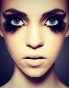 Crazy but simple eye-make-up. Definitely perfect for the catwalk!