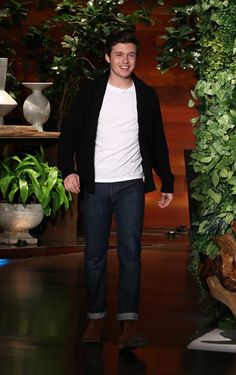 thought it was Niall and Shawn's kid😂😂😂😂💀💀 Nick Robinson, Gorgeous Men, Beautiful People, Simon Spier, Pretty Guys, Love Simon, Best Dressed Man, Nick Jonas, Poses