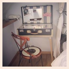 Cool vintage suitcase turned vanity. Cute idea in a small apt or dorm room!