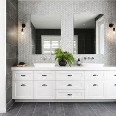 10 Luxe Hamptons Style Bathrooms You Will Love Bathroom Design Small, Bathroom Interior Design, Modern Bathroom, Bathroom Designs, Hampton Style Bathrooms, Master Bathrooms, Small Bathrooms, Conception 3d, Bathroom Renos