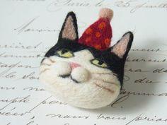 ふてぶてぼうし猫ブローチ -by ヒツジフエルト縮絨室 ヒロタリョウコ[Cat Brooch by Felt Fulling Lab-Ryoko Hirota]20140917