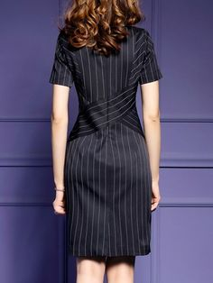 79acad7371 Czarna sukienka z paskami po pasach Strój Biznesowy