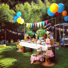 Usar a mesa como central e decorar com bandeirinhas.